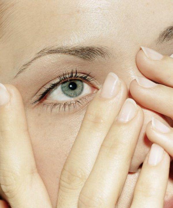 Уголки глаз чешутся от образовавшихся там трещинок и ранок.
