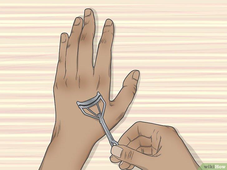 Изображение с названием Heat an Eyelash Curler Step 4