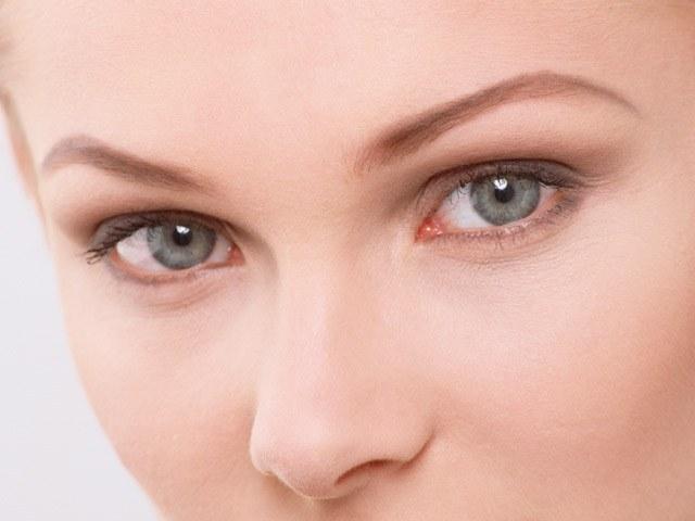 Аллергия на обезжириватель имеет классические проявления: зуд, слезоточивость, покраснение глаз