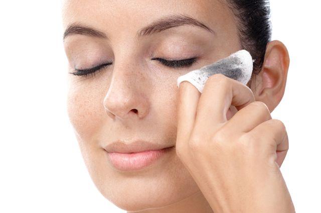 Ошибки в процессе снятия макияжа – одна из причин ухудшения состояния ресниц
