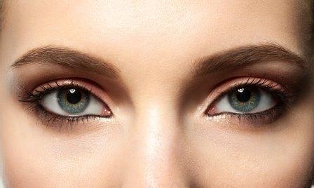 Глаза и брови девушки