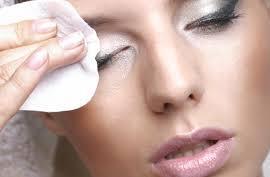 Плавные движения и специальные средства помогут снять макияж качественно