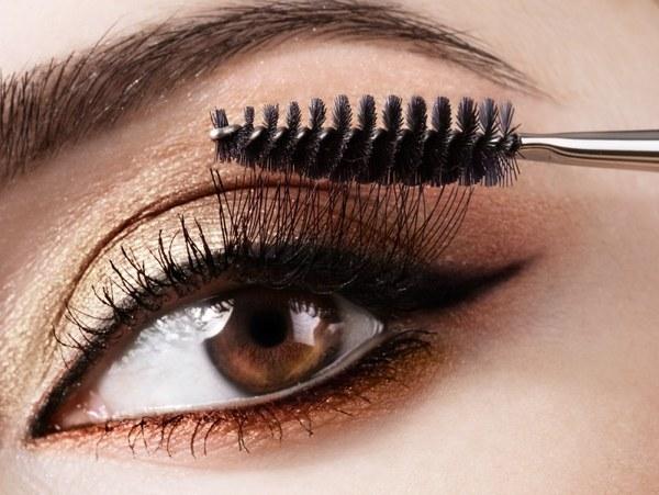 Фото: для получения эффекта накладных ресниц используйте специальную тушь и кисточку
