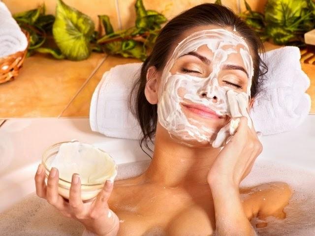 Яичная маска (на фото) прекрасно тонизирует кожу