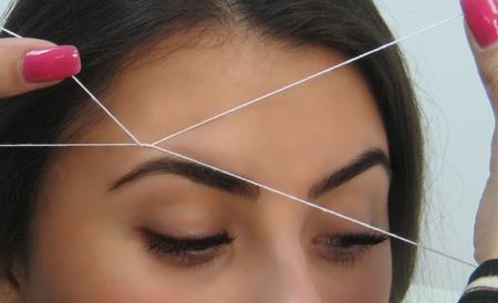 Выщипываем брови с помощью нитки