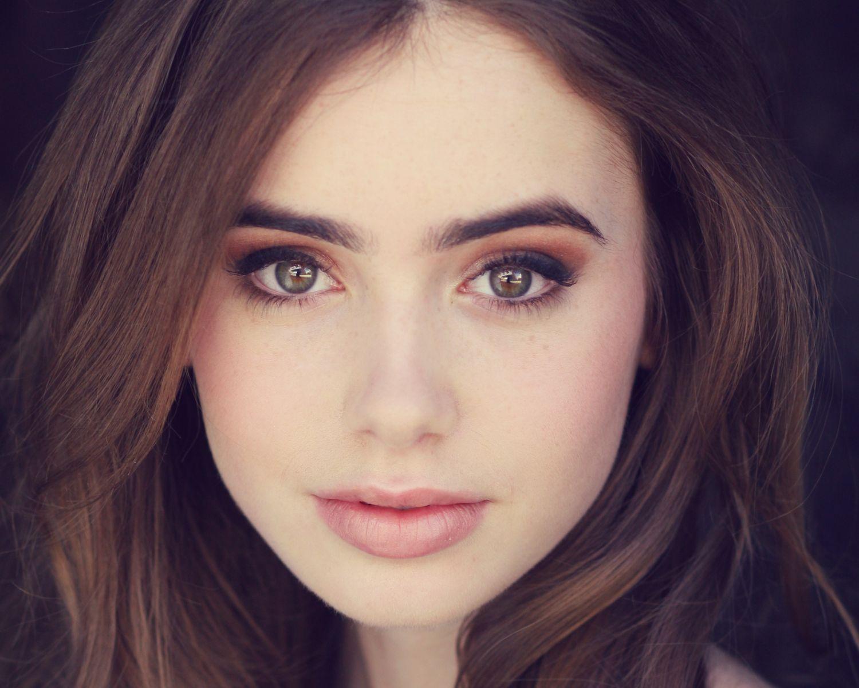 девушка с красивыми бровями
