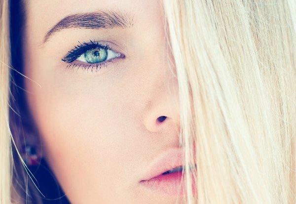 Светлые волосы акцентируют всё внимание на лице, поэтому блондинкам очень важно подбирать правильный макияж с акцентом на глаза