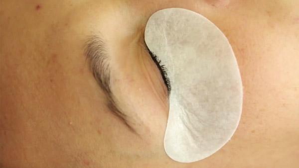 Полоски защищают кожу от воздействия клея.