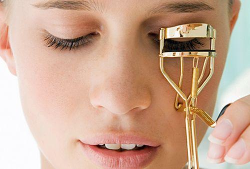 Щипцы для завивки требуют аккуратного использования, иначе можно травмировать веко или слизистую глаз