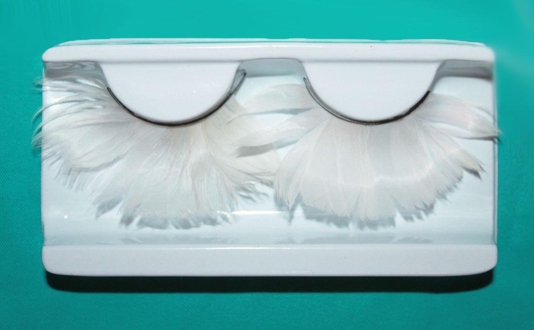 На фото: накладные ресницы белого цвета