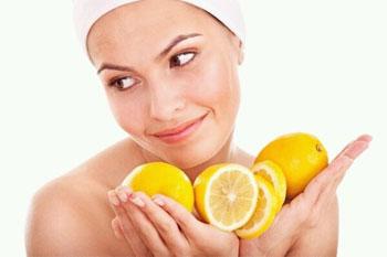 девушка с лимонами