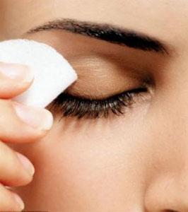 Нежирное молочко или тоник подготовят глаза к процедуре