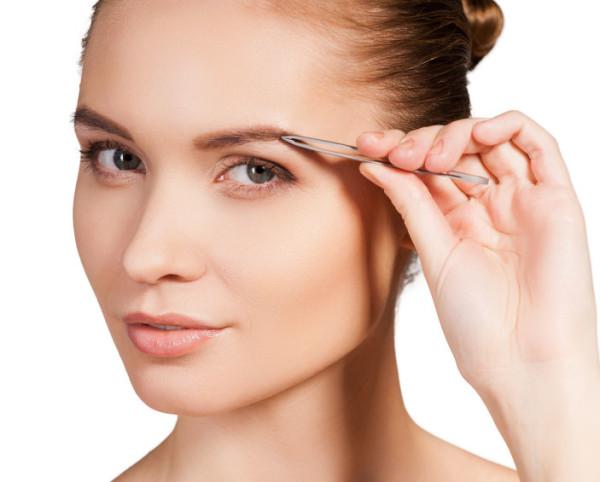 Оттянув кожу около брови, вы снизите болевые ощущения