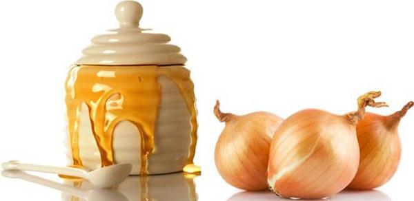 При избавлении от жировиков натертый репчатый лук можно использовать в комплексе с медом и мукой. Полученную из данных ингредиентов лепешку следует накладывать на ночь.