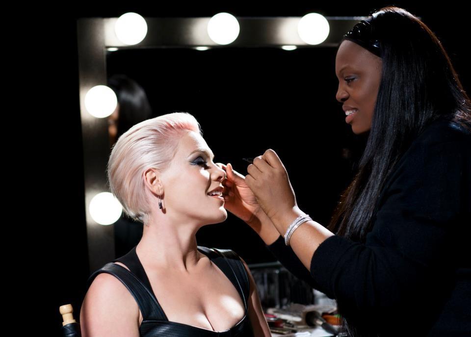 Пэт МакГрат создает эффектный макияж для популярной певицы Pink