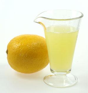 Для жирной кожи головы очень полезны кислые спиртовые втирания, например, настойка водки с лимонным соком.