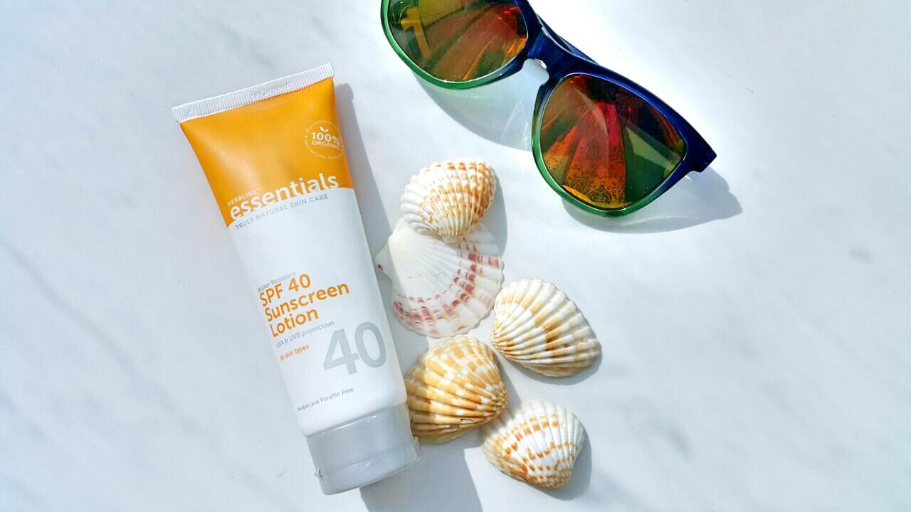 Использование солнцезащитных средств должно стать вашим обязательным правилом во время летнего отпуска, эта рекомендация поможет не только продлить жизнь татуажу, но и защитить кожу