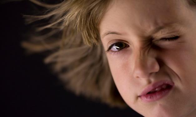 Область над глазом может дергаться и у детей, указывая на развитие первичного нервного тика