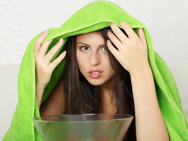 Перед тем как выщипать брови с помощью нитки, проведите процедуру распаривания кожи лица