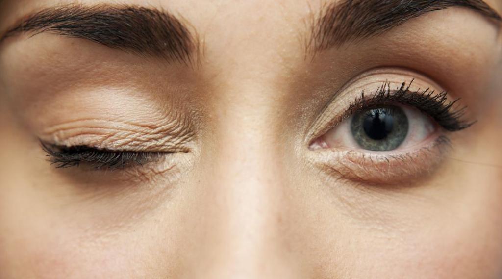 Ритмичное подергивание брови может свидетельствовать о нервном перенапряжении или более серьезных заболеваниях