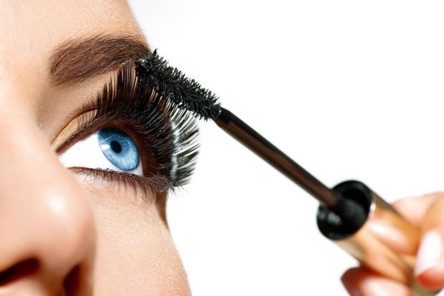 Эффект «открытых глаз» создается декоративной косметикой.