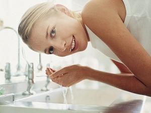Какой должна быть температура воды? Умываться нужно холодной или теплой водой?