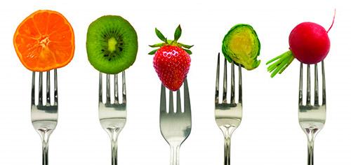 фрукты на вилке